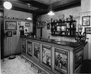 1976-2063 Het museum van de firma Hulstkamp distilleerderij en likeurstokerij aan de Maaskade 120 t/m 126.