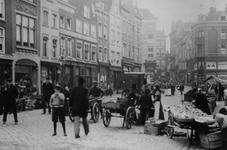 1976-439 Straathandel op de Goudsewagenstraat.