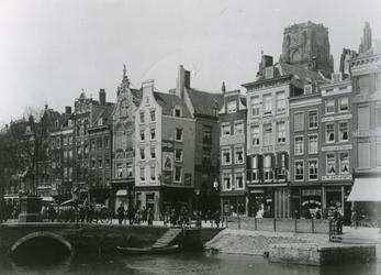 1976-458 De Steigersgracht, de Grotemarkt met het standbeeld van Erasmus, het Steiger en de Wijde Marktsteeg.Op de ...