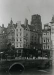 1976-459 De Steigersgracht, de Grotemarkt met het standbeeld van Erasmus, het Steiger en de Wijde Marktsteeg.Op de ...