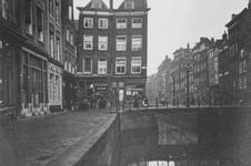 1976-485 Gezicht op het Boerensteiger bij de Valkenbrug en Valkensteeg.