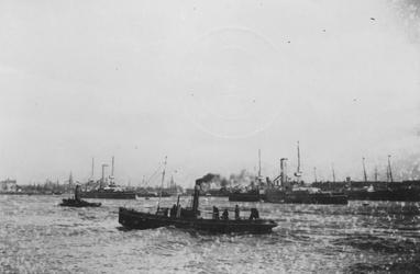 1976-518 Oorlogsschepen op de Nieuwe Maas. Rechts de Wilhelminakade.