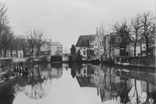 1976-546 Gezicht op de Aelbrechtskolk gezien vanaf de Piet Heynsbrug. Op de achtergrond Aelbrechtsbrug.