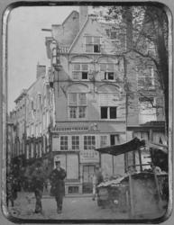 1977-2308 De Grotemarkt met het huis In Duizend Vreezen, links het Hang.