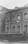 1977-2527 De noordzijde van de Nieuwe Binnenweg, ter hoogte van een huis, met links bij de hoek van de Mathenesserlaan.