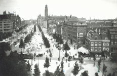1977-2574 De Coolsingel, rechts o.a. winkelgalerij de Passage en op de achtergrond het stadhuis, gezien vanaf de ...