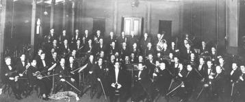 1977-52 Een groepsfoto van de leden van het Rotterdams Philharmonisch Orkest.