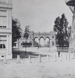 1978-1206 Station Delftse Poort, rechts een deel van korenmolen de Goudsbloem, gezien vanaf het Slagveld.