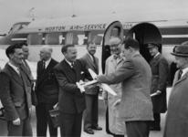 1978-1431 Eerste officiële landing op het nog niet officieel geopende Zestienhoven. Er wordt een modelvliegtuigje ...