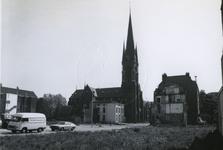 1978-1644 Goudse Rijweg uit het westen, met de rooms-katholieke kerk de Allerheiligste Verlosser met in de omgeving het ...