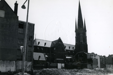 1978-1676 Rooms-katholieke kerk van de Allerheiligste Verlosser aan de Goudse Rijweg temidden van het saneringsgebied.