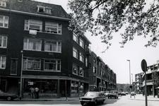 1978-1684 Crooswijkseweg, hoek Koepelstraat, uit het noorden. Op de hoek een bord met dit is een project van ...