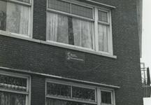 1978-1685 Gevel van Koepelstraat 44 op de hoek bij de Crooswijkseweg, met het bord 'dit is een project van stadsvernieuwing'.
