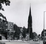 1978-1695 Nieuwbouw links, uit het westen van de Goudse Rijweg, hoek Crooswijkseweg. In het midden de kerk van de ...
