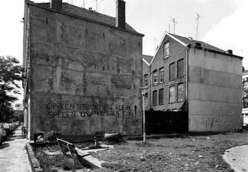 1978-2257 Sint-Mariastraat, graffiti bij het kortgeleden aangelegde plein op de plaats van oude woonhuizen die bij de ...