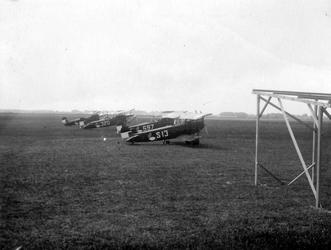 1978-2767 Gezicht op het terrein van het vliegveld Waalhaven, met militaire vliegtuigen.