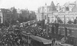 1978-2768 De Nieuwe Binnenweg,gezien uit westelijke richting. Publieke belangstelling voor een trambotsing.