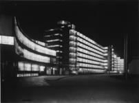 1978-3320 Kantoor en fabrieksgebouwen van Van Nelle bij avond, vanaf de ingang van het fabrieksterrein.