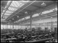 1978-3368 Fabriekshal met machines voor het lopende bandwerk in de Van Nellefabriek.