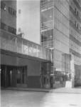 1978-3373 Ingang fabriek met daarboven de verbindingsgang naar het kantoor, Van Nelle fabriek aan de Van Nelleweg nummer 1.