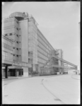 1978-3377 Een deel van het kantoor en het fabrieksgebouw van Van Nelle vanuit de richting van de terreiningang.