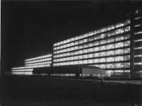 1978-3520 Fabrieksgebouwen van Van Nelle aan de sportveldzijde bij avond.