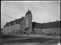 1978-3575 Het scholencomplex van architect A. van der Steur aan de Zwartewaalstraat in de Tarwewijk.