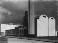 1978-3636 Van Nelle fabriek met schoorsteen voor het leveren van heet water voor de centrale verwarming ...