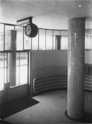 1978-3637 Toegangsruimte met klok en een betegelde zuil in het gebouw van de Van Nellefabriek aan de Van Nelleweg nummer 1.