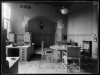 1978-3653 Interieur van bank R. Mees en Zonen aan het Beursplein (vanaf 1942 de Blaak). Een werkkamer met bureau's en ...
