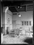 1978-3654 Interieur van bank R. Mees en Zonen aan het Beursplein (vanaf 1942 de Blaak). Een werkkamer met bureau's en ...