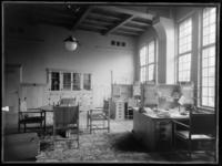 1978-3655 Interieur van bank R. Mees en Zonen aan het Beursplein (vanaf 1942 de Blaak). Een werkkamer met een vergadertafel.