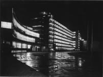 1978-3674 Fabriek van Van Nelle bij avond, aan de Van Nelleweg 1.