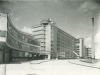 1978-3675 Fabriek- en kantoorgebouwen van Van Nelle vanaf de terreiningang, aan de Van Nelleweg nummer 1.