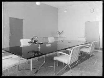 1978-3699 Vergadertafel met telefoons in een kantoorruimte in de Van Nellefabriek aan de Van Nelleweg nummer 1.