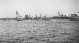 1978-94 Gezicht op de Nieuwe Maas, bij de Katendrechtse havens met links de toegang tot de Rijnhaven.