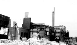 1979-1130 Ruïnes na het bombardement van 14 mei 1940. De Baan en omgeving. Op de achtergrond de toren van het warenhuis ...