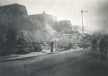 1979-1157 Restanten van gebouwen aan de Leuvehaven en hoek van de Eenhoornstraat, na het Duitse bombardement van 14 mei 1940.
