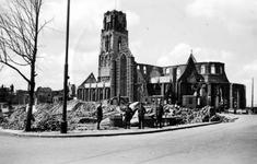 1979-1240 Gezicht op de door het Duitse bombardement van 14 mei 1940 getroffen Grotemarkt gezien uit het zuiden. Op de ...