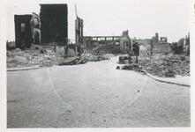 1979-1375 Gezicht in de door het Duitse bombardement van 14 mei 1940 getroffen Sint Janstraat uit het noorden. Op de ...