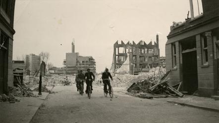 1979-1406 Puinresten van gebouwen als gevolg van het Duitse bombardement van 14 mei 1940. Aan de Boomgaarddwarsstraat. ...