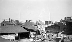 1979-1410 Op de voorgrond de door het Duitse bombardement van 14 mei 1940 getroffen Delftsestraat, uit het westen gezien.