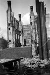 1979-1420 Gezicht in de door het Duitse bombardement van 14 mei 1940 getroffen Lijnbaanstraat. met restant van ...