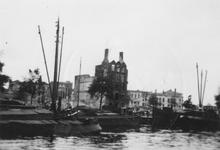 1979-1449 Restanten van panden aan de Willemskade, als gevolg van het Duitse bombardement van 14 mei 1940. Vanaf de ...