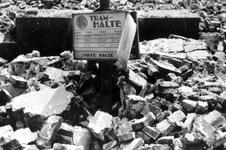 1979-1535 Gezicht in de door het Duitse bombardement van 14 mei 1940 getroffen Middensteiger hoek van Hoofdsteeg, ...
