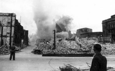 1979-1539 Gezicht op de door het Duitse bombardement van 14 mei 1940 getroffen Crispijnlaan gezien vanaf de Aert van ...