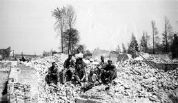 1979-1541 Gezicht op de door het Duitse bombardement van 14 mei 1940 getroffen Stationsweg en de Delftsestraat.. Met ...