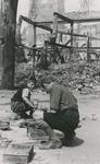 1979-1548 Gezicht op de door het Duitse bombardement van 14 mei 1940 getroffen Grotemarkt. Kinderen spelen met ...