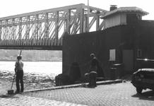 1979-2310-TM-2312 Kinderen aan het vissen op de Boompjeskade tussen de Willemsbrug en de spoorbrug over de Nieuwe Maas.