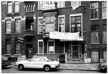 1980-1074-TM-1076 Kraakpand in de Mathenesserlaan.Afgebeeld van boven naar beneden:-1074: huisnummer 312, aan de ...